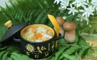 Суп с капустой, фасолью и колбасой