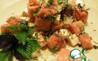 Легкий салат с арбузом и сыром фета